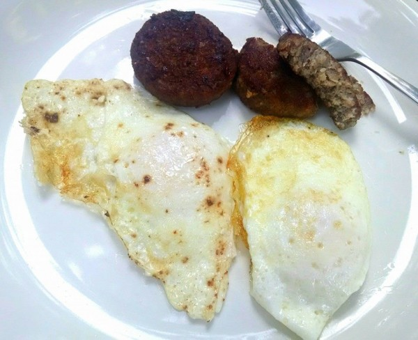 Low Carb Breakfast: Sausage & Fried Eggs