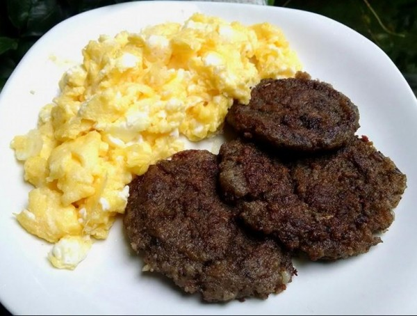 LCHF Meal: Sausage and Eggs (Scrambled with Cheese)