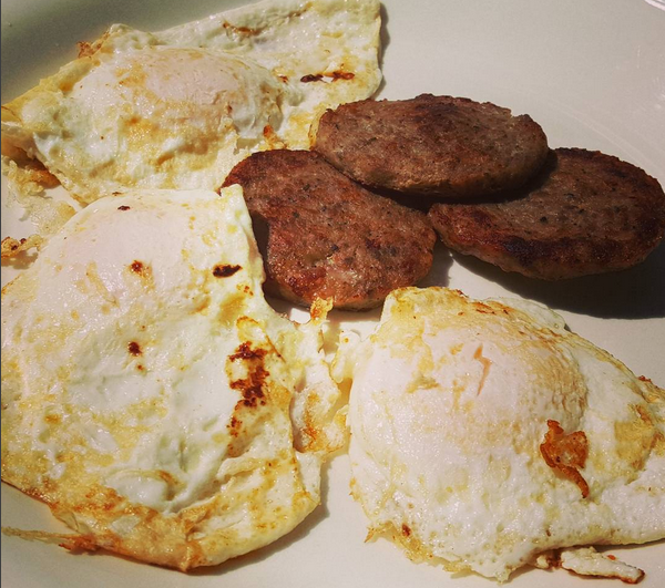 LCHF Breakfast: Sausage & Fried Eggs