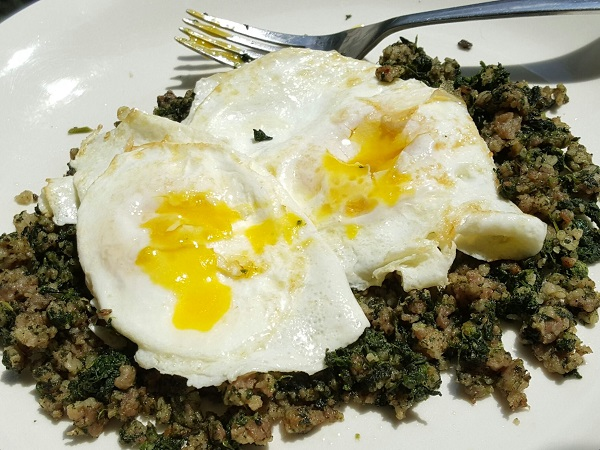 Easy Low Carb Meal : Sausage & Spinach with Fried Eggs