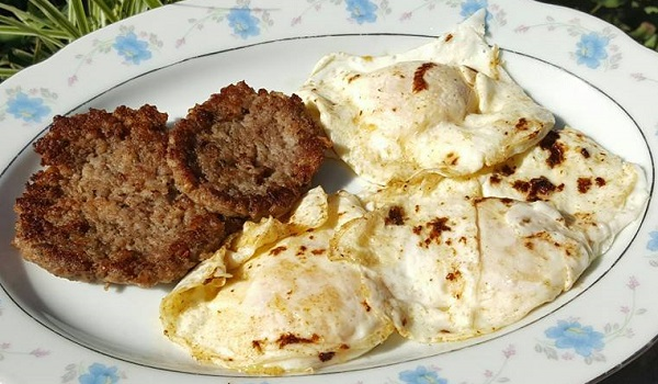 Easy Low Carb Breakfast : Sausage and Fried Eggs