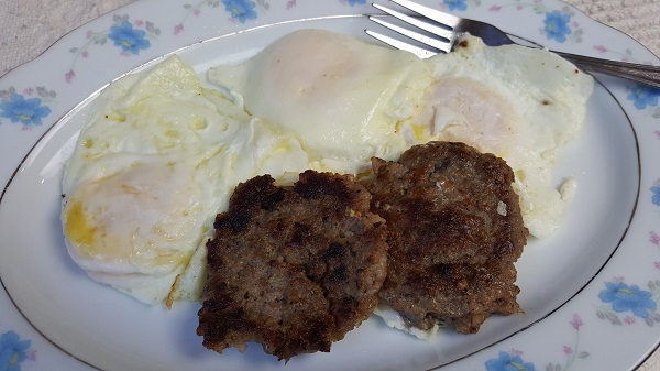 Easy Zero Carb Meal : Sausage & Fried Eggs