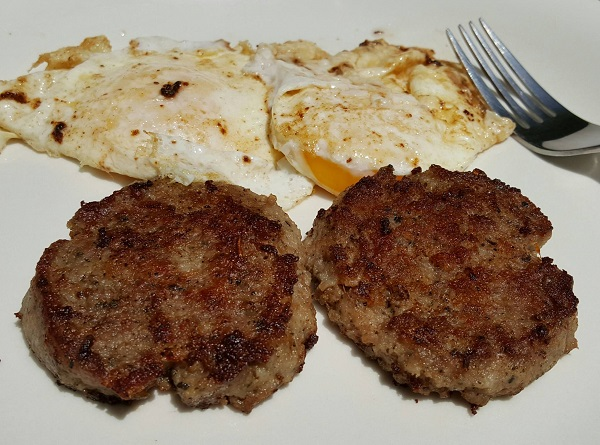 No Carb Breakfast : Sausage & Fried Eggs
