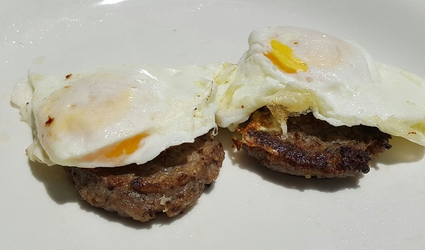 Easy Zero Carb Meal : Sausage & Eggs
