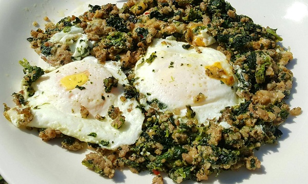Low Carb Meal : Sausage & Spinach with Fried Eggs