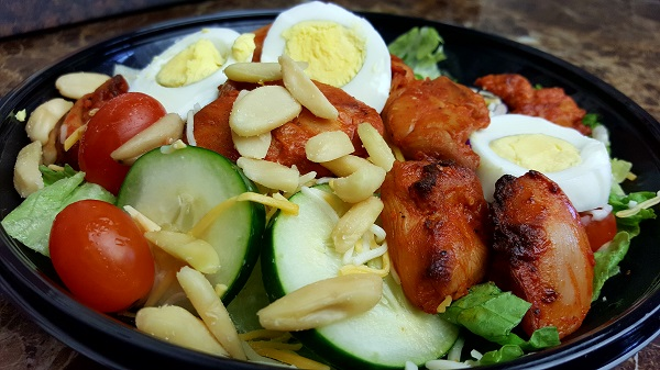 Healthy LCHF Salad with spicy chicken, boiled eggs & Pili Nuts