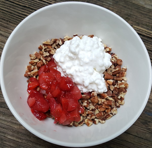 Healthy LCHF Meal with Daisy Cottage Cheese, Pecans and Strawberries