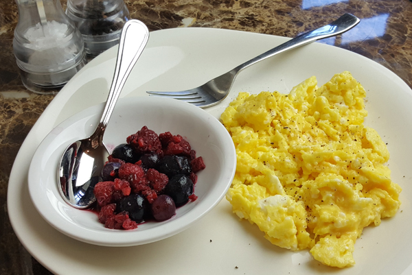 Quick, Healthy Low Carb Breakfast - Eggs & Berries