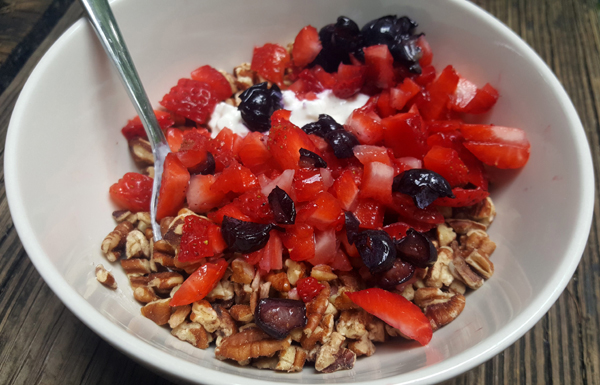 LCHF Meal: Pecans, Strawberries, Blueberries plus Daisy Brand cottage cheese