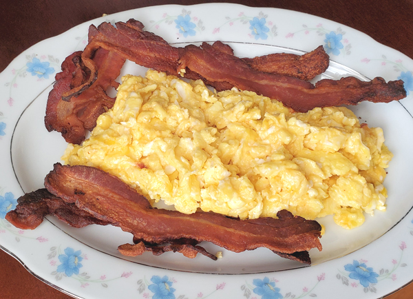 Cheesy Eggs and Bacon Keto LCHF Lunch
